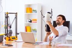 Knappe glimlachende mens die 3d printer met behulp van Royalty-vrije Stock Afbeelding