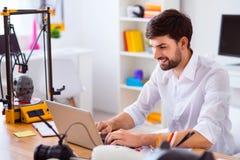 Knappe glimlachende mens die laptop met behulp van Stock Afbeeldingen
