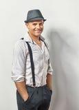 Knappe glimlachende mens in hoed en bretels royalty-vrije stock foto's