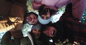 Knappe groep vrienden die van de tijd genieten maken zij samen een cirkel en samen het doorbrengen van een prettijd voor stock footage
