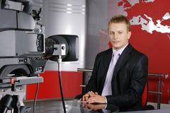 Knappe het nieuwspresentator van de middenleeftijdstelevisie Stock Afbeelding