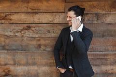 Knappe het telefoongesprekglimlach van de mensencel openluchtstadsstraat Jonge aantrekkelijke zakenman Royalty-vrije Stock Afbeelding