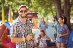 Knappe hipster die retro cassettespeler houden Royalty-vrije Stock Foto's