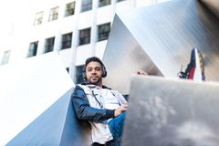 Knappe Hipster Guy Listening Music bij Hoofdtelefoons en het Glimlachen stock foto's