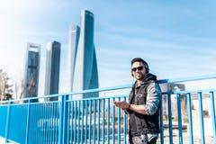 Knappe Hipster Guy Listening Music op Hoofdtelefoons en het Gebruiken van Cellphone stock afbeeldingen