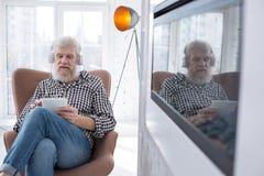 Knappe hogere mens het letten op film op tablet stock foto