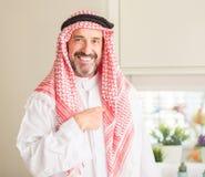 Knappe hogere mens met hijab thuis stock afbeelding