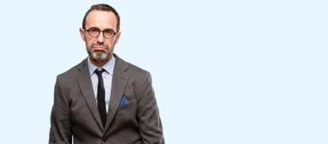Knappe hogere mens over blauwe achtergrond royalty-vrije stock fotografie