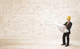 Knappe ingenieur die met hand getrokken achtergrond berekenen Stock Foto's