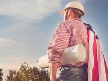 Knappe ingenieur in een witte bouwvakker stock fotografie