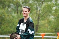 Knappe jonge Australische mensen sportieve die concurrent in regen wordt gevangen royalty-vrije stock afbeeldingen