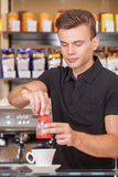 Knappe jonge barista die koffie maken. Royalty-vrije Stock Fotografie
