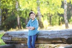 Knappe jonge blije jongenstiener Stock Afbeeldingen