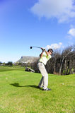 Knappe jonge golfspeler in actie Royalty-vrije Stock Fotografie