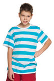 Knappe jonge jongen in gestreept overhemd Royalty-vrije Stock Foto