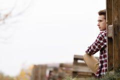 Knappe jonge kerel in aard op een de herfstdag stock fotografie