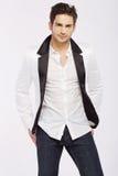 Knappe jonge kerel die wit jasje dragen royalty-vrije stock afbeeldingen