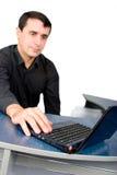 Knappe jonge manager die met laptop werkt royalty-vrije stock foto