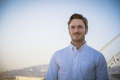 Knappe jonge mens buiten het dragen van wit overhemd royalty-vrije stock fotografie