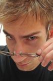 Knappe jonge mens die glazen weg neemt Royalty-vrije Stock Fotografie