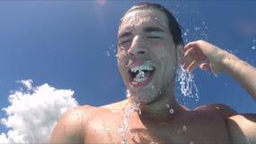 Knappe jonge mens die onderaan waterdia glijden stock footage