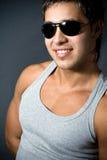 Knappe jonge mens die zonnebril draagt Stock Afbeelding