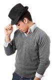 Knappe jonge mens die zwarte hoed draagt. Geïsoleerdn Stock Afbeeldingen