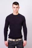 Knappe jonge mens die zwarte kleding dragen Royalty-vrije Stock Afbeeldingen