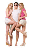 Knappe jonge mens en twee speelse meisjes Royalty-vrije Stock Foto's