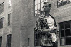 Knappe jonge mens het besteden dag in stad Royalty-vrije Stock Afbeelding