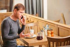 Knappe jonge mens in koffie Royalty-vrije Stock Fotografie