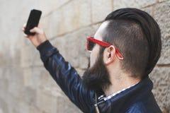 Knappe jonge mens met een baard stock afbeeldingen