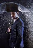 Knappe jonge mens met een paraplu stock foto