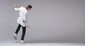 Knappe jongen met jasje die alleen dansen royalty-vrije stock foto's