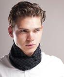 Knappe jonge mens met krullend kapsel Stock Afbeelding