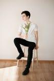 Knappe jonge mens met roze tulpen Royalty-vrije Stock Foto