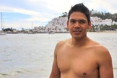 Knappe jonge mens op strand Stock Afbeeldingen