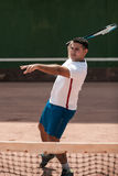 Knappe jonge mens op tennisbaan Royalty-vrije Stock Foto