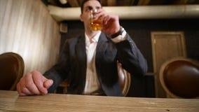 Knappe jonge mensen nippende drank in een bar Bevat gradiënt en het knippen masker stock footage