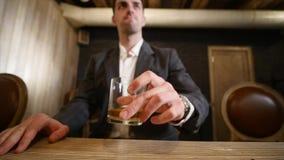 Knappe jonge mensen nippende drank in een bar Bevat gradiënt en het knippen masker stock video