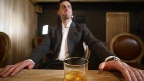 Knappe jonge mensen nippende drank in een bar Bevat gradiënt en het knippen masker stock videobeelden