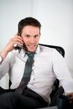 Knappe jonge uitvoerende bedrijfsmens in bureau Stock Foto's