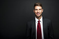 Knappe jonge zakenman status Royalty-vrije Stock Foto's