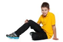 Knappe jongen in geel overhemd op het wit royalty-vrije stock afbeelding