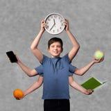 Knappe jongen met vele handen Gemakkelijk multitasking concept stock afbeeldingen