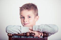 Knappe Jongens Leunende Wapens op de Rug van een Stoel Royalty-vrije Stock Foto