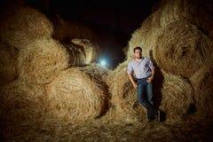Knappe Kaukasische jonge mens in de hooischuur Stock Fotografie