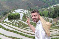 Knappe Kaukasische toerist in Aziatische rijstterrassen stock fotografie