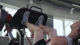 Knappe kerel in de gymnastiek stock footage