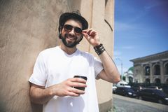 Knappe kerel die hete drank op gang verbruiken stock fotografie